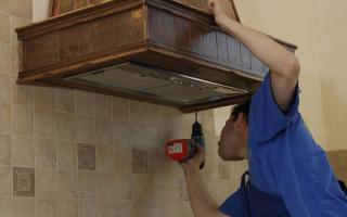 Как самостоятельно провести установку кухонной вытяжки над газовой или электрической плитой