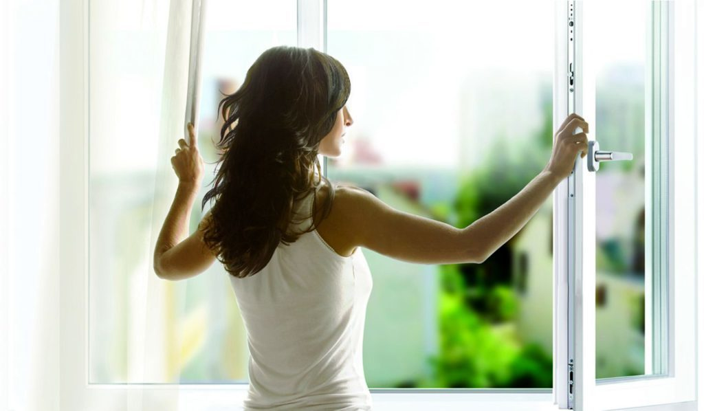 женщина открыла окно