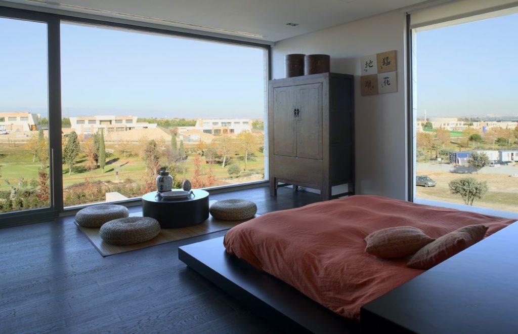 спальня с двумя большими окнами