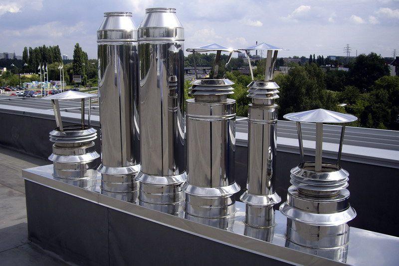 Выход металлической вентиляции на крыше здания