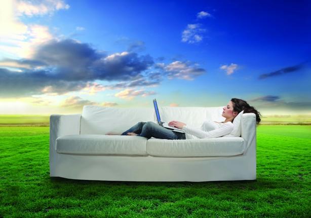 женщина на диване в поле