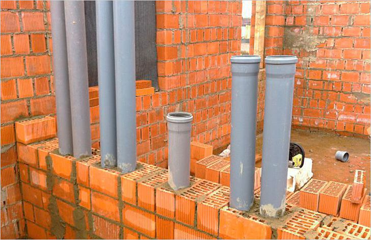 Система вентиляции из пластиковых труб в стене