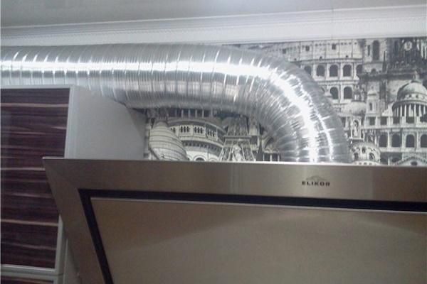 алюминиевая вытяжка в дизайне кухни