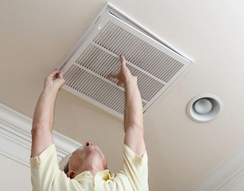 установка вентиляционной решетки в натяжной потолок