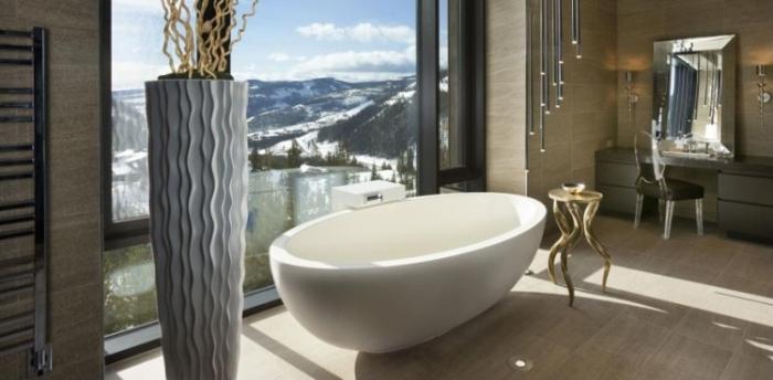 ванная возле панорамного окна