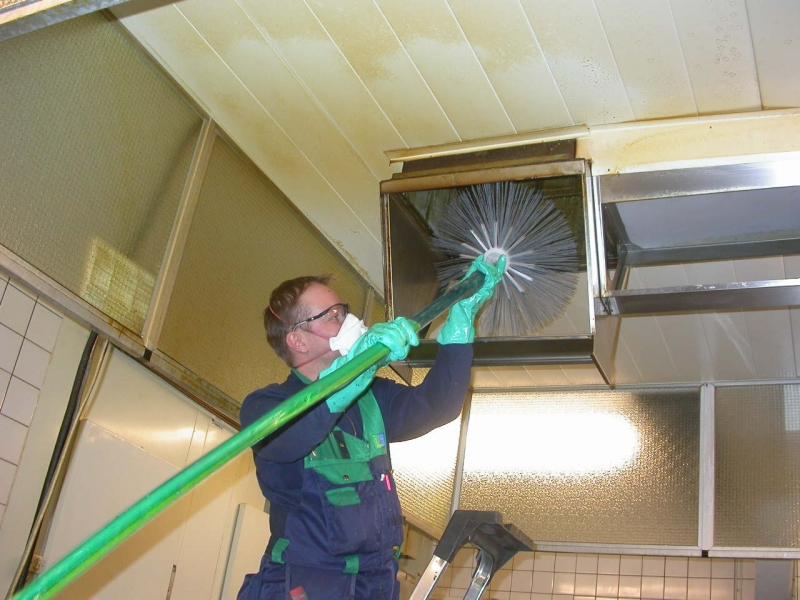 процесс чистки вентиляционной шахты