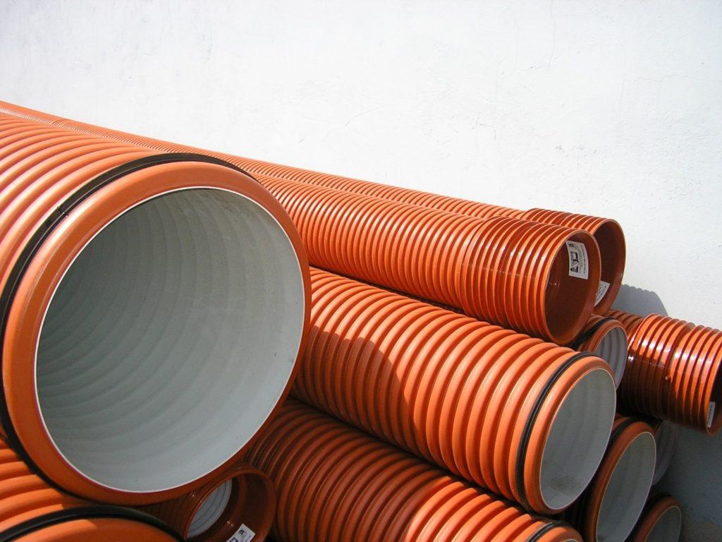 оранжевые трубы вентиляции
