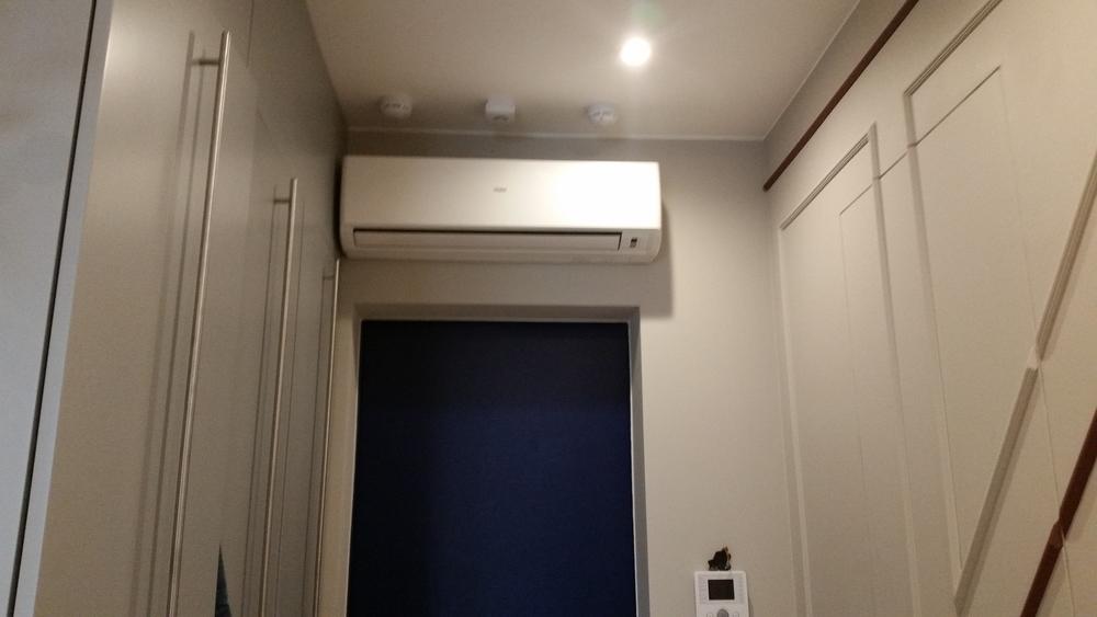 кондиционер над входом спальни