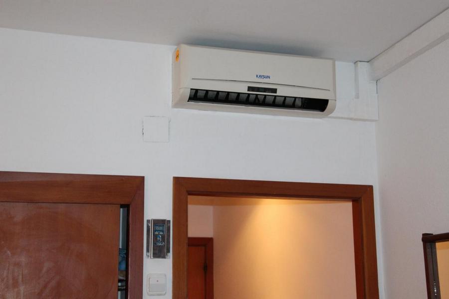 кондиционер на стене спальни