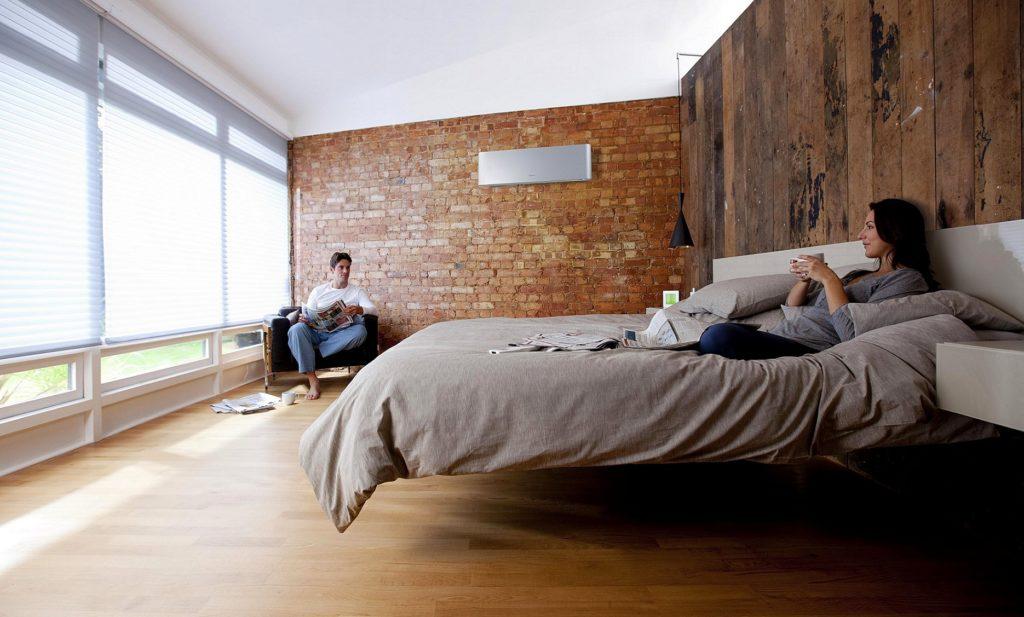 Кондиционер в спальне и два человека
