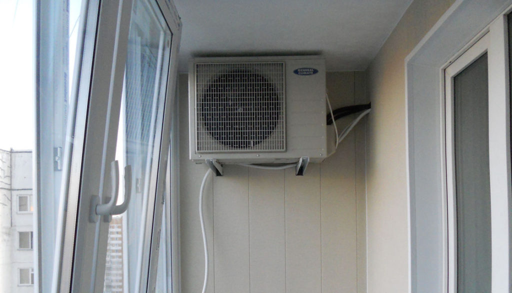 Внешний блок сплит-системы на балконе