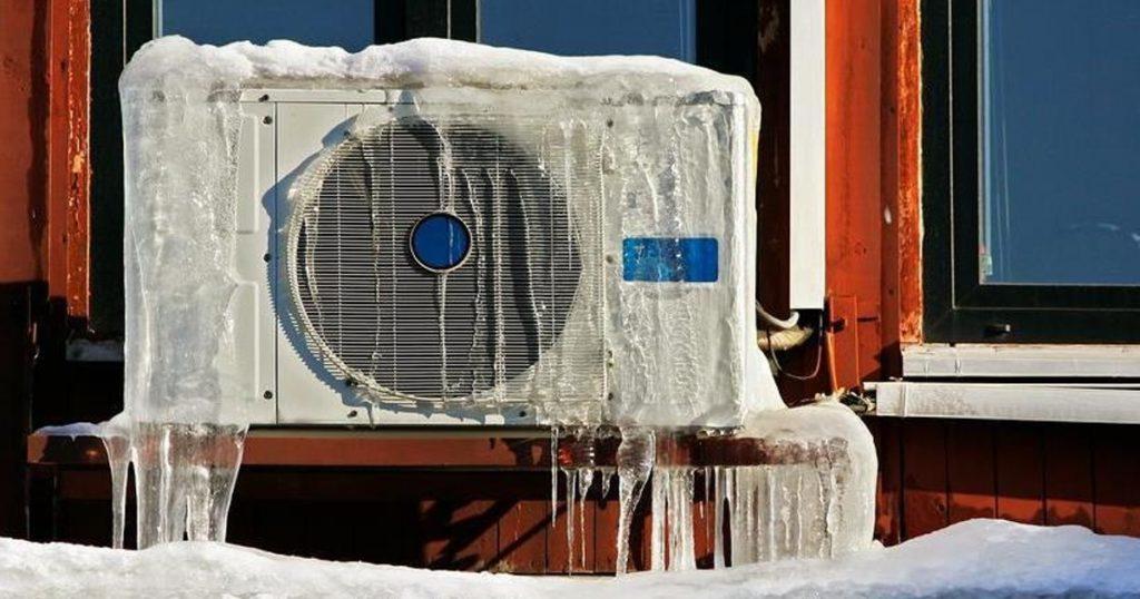 Внешний блок сплит-системы зимой