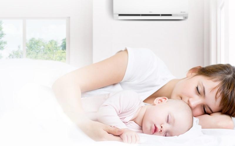 Спящие мать и ребёнок под кондиционером