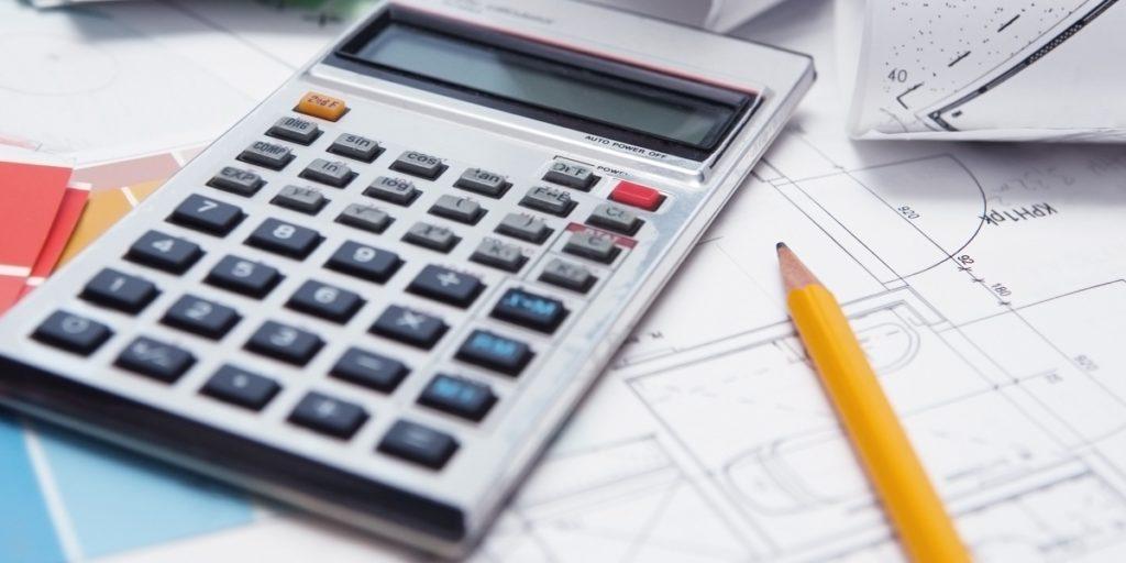 Калькулятор и карандаш лежащие на чертежах