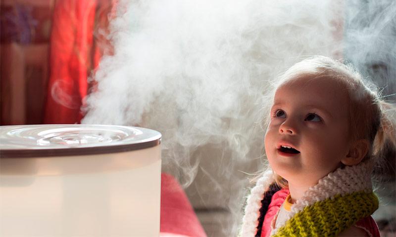 Ребёнок смотрит на увлажнитель воздуха