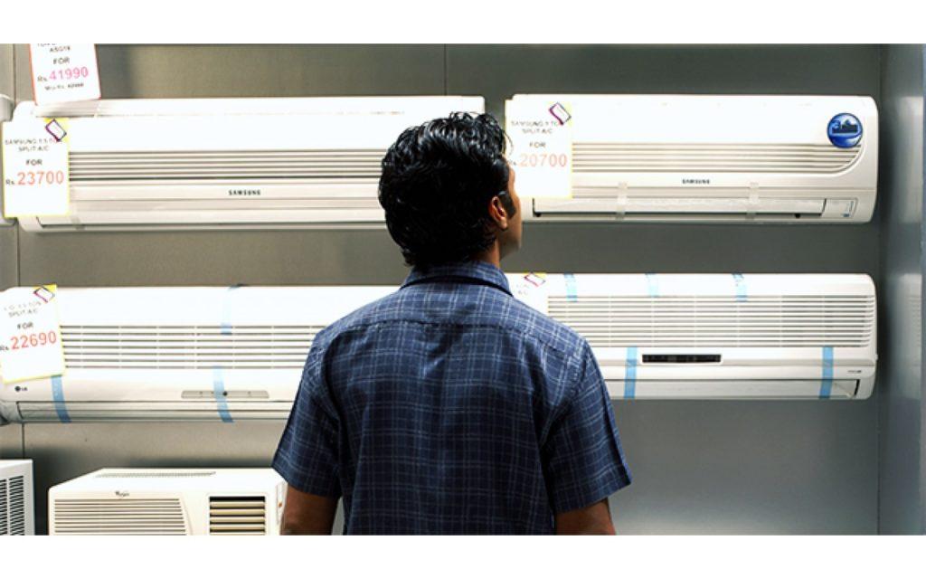 Мужчина смотрит кондиционеры
